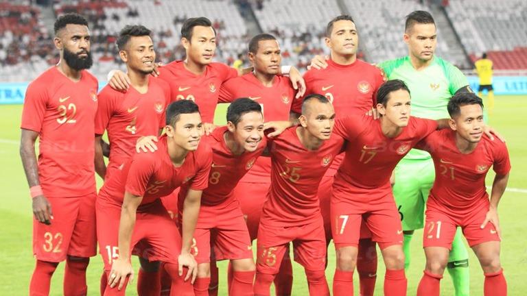 Timnas Indonesia berfoto sebelum memulai pertandingan melawan Vanuatu, di Stadion Utama Gelora Bung Karno, Jakarta, Sabtu (15/6/2019). /Bolalob