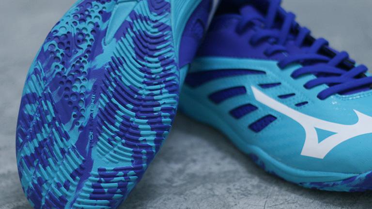 Desain corak kamuflase (camouflage) pada sol dengan kombinasi warna biru  muda dan tua menjadikan sepatu ini terkesan modern. a94de1d255